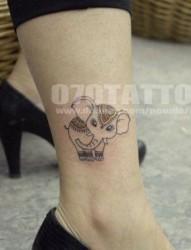 女孩子腿部超萌的大象纹身图片