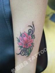 女孩子腿部欧美风格玫瑰花纹身图片