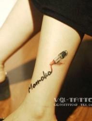 女孩子腿部英文字母与口红纹身图片