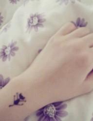 女性手臂黑色小猫咪可爱小清新刺青