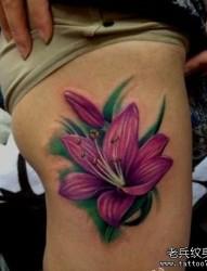 女人腿部艳丽彩色百合花纹身图片