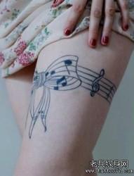 女人腿部一幅另类的蕾丝纹身图片