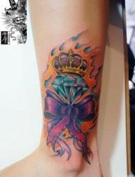 女人腿部漂亮的皇冠蝴蝶结钻石纹身图片