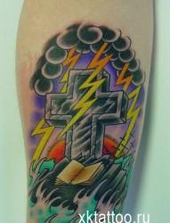 腿部潮流精美的十字架纹身图片