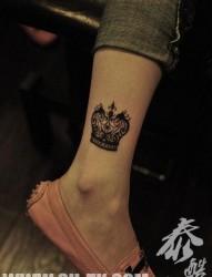 女人腿部漂亮潮流的图腾皇冠纹身图片