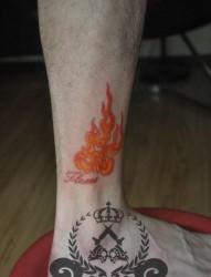 女人腿部时尚经典的彩色火焰纹身图片