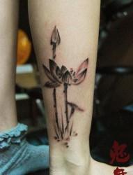 女人腿部唯美潮流的水墨莲花纹身图片