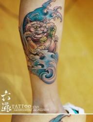 男人腿部潮流时尚的招财猫纹身图片