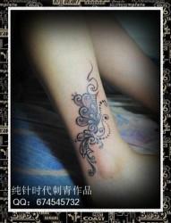 女人腿部唯美的黑白蝴蝶藤蔓纹身图片