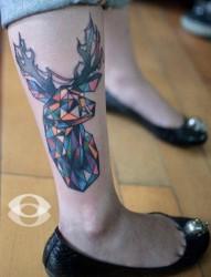腿部时尚经典的三角小鹿纹身图片