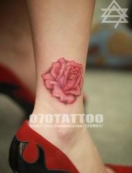 一幅脚踝漂亮的玫瑰花纹身图片