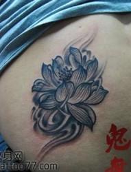 腰部唯美好看的莲花纹身图片