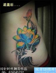 女人腰部漂亮的彩色莲花纹身图片