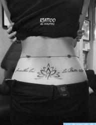 美女腰部唯美时尚的图腾莲花与字母纹身图片