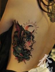 女人侧腰漂亮时尚的美女与骷髅纹身图片