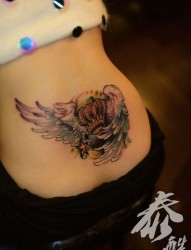 女人腰部翅膀皇冠五角星纹身图片