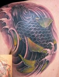 肩部一条大气的鲤鱼纹身图案