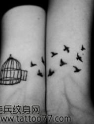 手臂流行的图腾小鸟鸟笼纹身图片