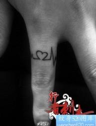 手指流行经典的心电图纹身图片