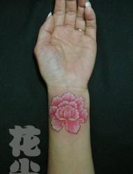 女人手腕处好看的彩色花卉纹身图片