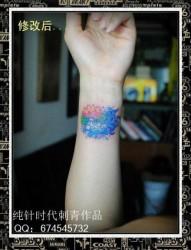 女人手腕小巧时尚的小金鱼纹身图片