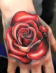 手背上一幅超立体玫瑰花纹身图片
