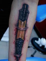 一幅非常写实的穿皮匕首纹身图片