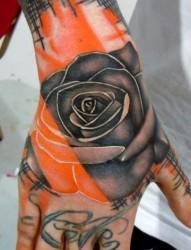 手背上一幅漂亮的玫瑰花纹身图片