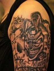 一幅手臂小丑骰子文身图片由纹身520图库推荐