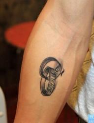 一幅手臂戒指文身图片由纹身520图库推荐