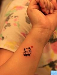手腕卡通熊猫文身图片由纹身520图库推荐