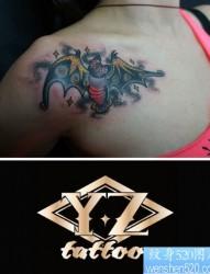 女人肩膀处经典时尚的蝙蝠纹身图片
