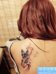 唯美潮流的美女肩背蝴蝶纹身图片