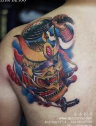 男生肩背很酷的一幅日本武士纹身图片