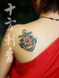 女人肩背漂亮潮流的船锚纹身图片