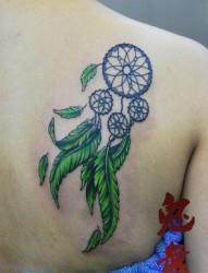 女人肩背好看潮流的捕梦网纹身图片