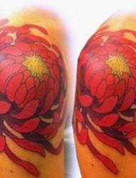 女人肩膀处时尚唯美的菊花纹身图片