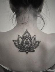 背部女孩花朵纹身图片由纹身520图库推荐