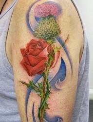手臂红色玫瑰纹身图片作品