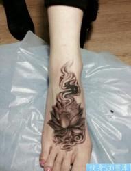 女人脚背潮流漂亮的莲花纹身图片