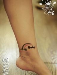女人脚踝处小巧时尚的彩虹纹身图片