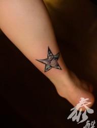 脚部张扬五角星地球纹身图片