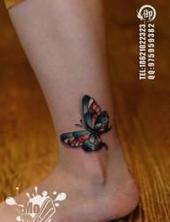 女人脚踝处小巧精美的彩色蝴蝶纹身图片