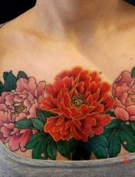 美女胸部牡丹纹身图片