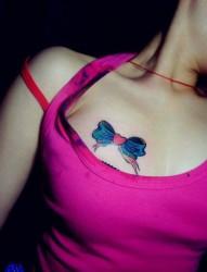 美女胸前小巧潮流的蝴蝶结纹身图片