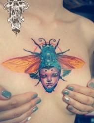 女人前胸时尚潮流的昆虫纹身图片