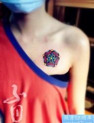 男人胸前时尚好看的玫瑰花纹身图片