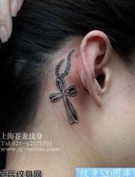 美女耳部十字架吊链纹身图片