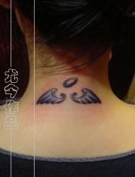 美眉颈部翅膀纹身图片