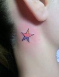 女孩子脖子彩色五角星纹身图片